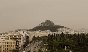 Καιρός - «Χάθηκε» η Αθήνα: Η αφρικανική σκόνη «έπνιξε» την Ελλάδα – Μέχρι πότε θα διαρκέσει (pics)