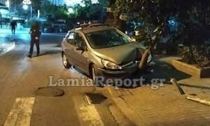 Σοβαρό τροχαίο στο κέντρο της Λαμίας: «Κατέβασε» το δέντρο στην πλατεία Ελευθερίας (pics)