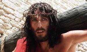 «Ο Ιησούς από τη Ναζαρέτ»: Αυτό είναι το «τρικ» του Τζεφιρέλι στο βλέμμα του Πάουελ που καθηλώνει
