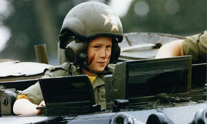 Δείτε τον 9χρονο πρίγκιπα Harry να οδηγεί τανκ (vid)