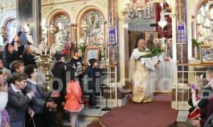 Χίος: O «ιπτάμενος» ιερέας έκλεψε και πάλι την παράσταση στην πρώτη Ανάσταση