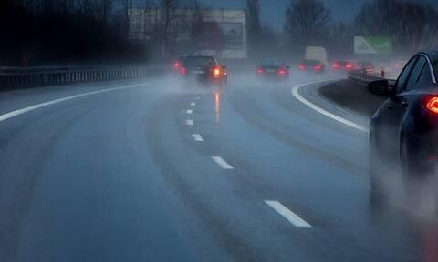 Ακόμη και η λίγη βροχή αυξάνει σημαντικά τον κίνδυνο θανατηφόρου τροχαίου