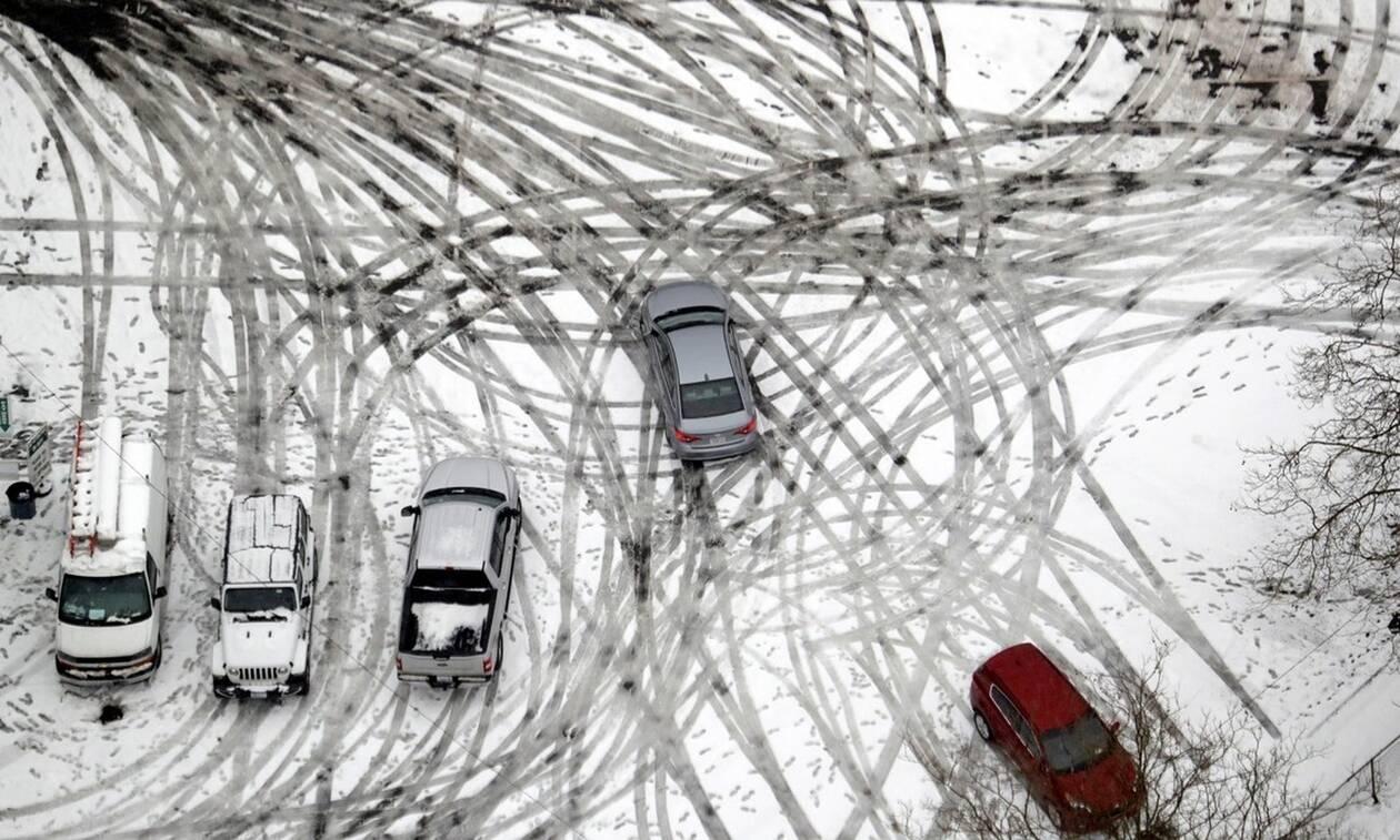 ΗΠΑ: Σφοδρή χιονοθύελλα έπληξε το Σικάγο - Εκατοντάδες πτήσεις ματαιώθηκαν