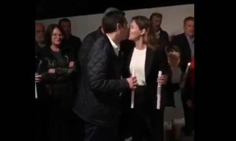 Κρήτη: Το «φιλί της αγάπης» του Αλέξη Τσίπρα στην Περιστέρα Μπαζιάνα