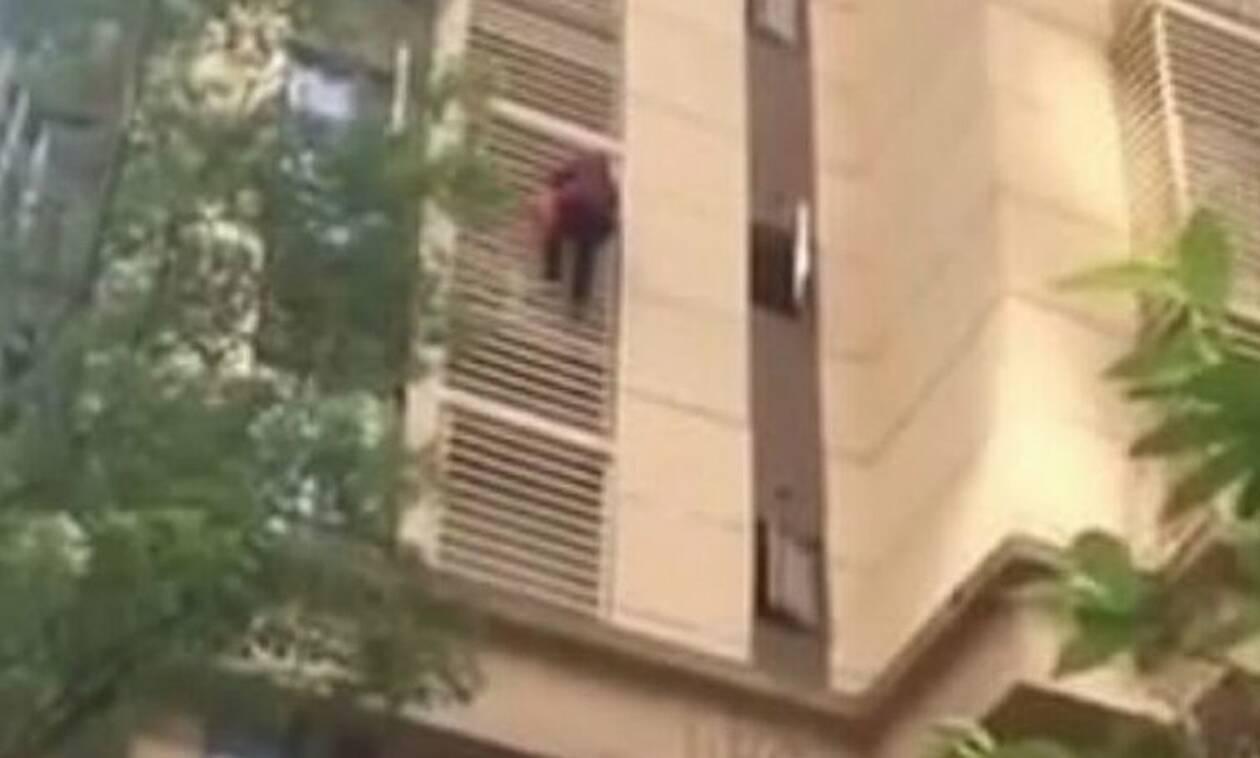 Απίστευτο: Γιαγιά με Αλτζχάιμερ κατέβηκε 10 ορόφους σαν… τον Spiderman (video)