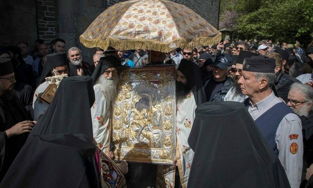 Αγιορείτικο τυπικό στη λιτανεία της Εικόνας «Άξιον Εστίν» στις Καρυές του Αγίου Όρους (pics)