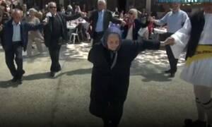 Ναύπακτος: Λεβέντισσα αιωνόβια γιαγιά χειροκροτήθηκε χορεύοντας τσάμικο (vid)
