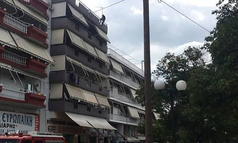 Αγρίνιο: Κινητοποίηση για άτομο που βρίσκεται σε ταράτσα πολυκατοικίας - Απειλεί να αυτοκτονήσει