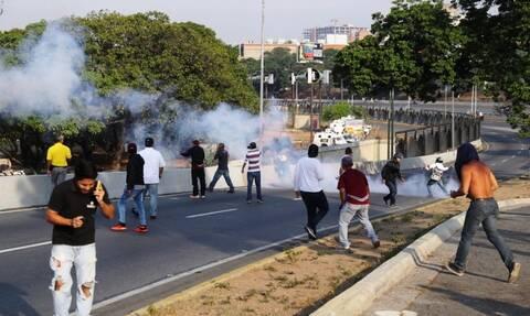 Θρίλερ στη Βενεζουέλα: Σε στρατιωτική εξέγερση καλεί ο Γκουαϊδό - Για πραξικόπημα μιλά ο Μαδούρο