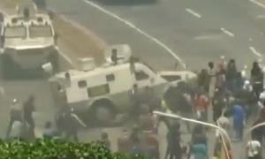 Βενεζουέλα - Βίντεο ΣΟΚ: Τεθωρακισμένο του Μαδούρο παρέσυρε διαδηλωτές στο Καράκας