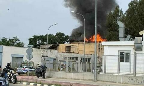 Συναγερμός στην Κύπρο: Στις φλόγες εργοστάσιο στη Λευκωσία