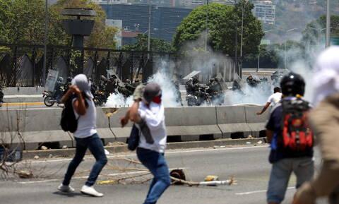 Χάος στη Βενεζουέλα: Συγκρούσεις με μολότοφ και δακρυγόνα στο Καράκας (pics+vid)