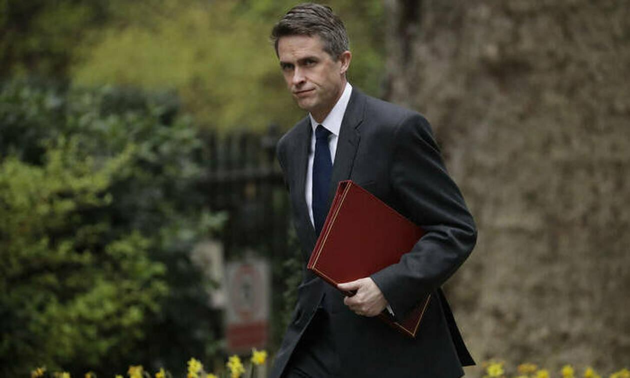 Βρετανία: Η Μέι «τελείωσε» τον υπουργό Άμυνας
