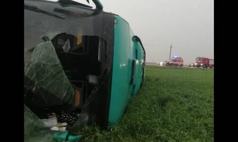 Τρομακτικό: Ανεμοστρόβιλος σηκώνει στον αέρα λεωφορείο με 39 επιβάτες (vid)