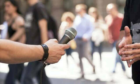 Πανικός στον «αέρα»: Δείτε τι υπήρχε πίσω από το ρεπόρτερ και κανείς δεν το πήρε χαμπάρι