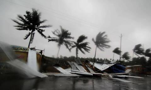 Ινδία: Ο κυκλώνας Φάνι «σφυροκοπά» τη χώρα (pics&vids)