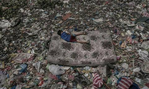 Η φωτογραφία που σόκαρε τον πλανήτη: Δεν φαντάζεστε πού κοιμάται αυτό το αγοράκι