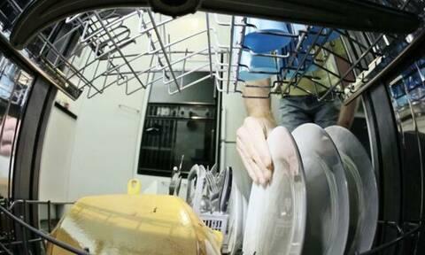 Έβαλε κάμερα μέσα το πλυντήριο πιάτων - Δείτε τι κατέγραψε! (video)