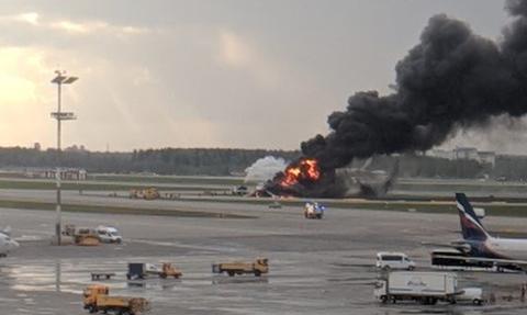Τρόμος στη Μόσχα: Δείτε την προσγείωση του φλεγόμενου αεροσκάφους (vids)