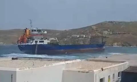 Θρίλερ στη Σέριφο με το «Syros Wind»: Έσπασαν οι κάβοι του πλοίου από τους ισχυρούς νοτιάδες (vid)