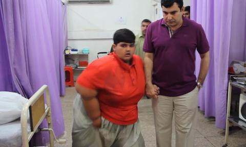 Είναι μόλις 10 ετών και δίνει μάχη για τη ζωή του. Δεν φαντάζεστε πόσα κιλά ζυγίζει (video)