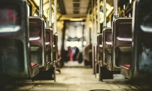 Σκληρές σκηνές σε λεωφορείο – «Πάγωσαν» όλοι όταν είδαν τι έκανε επιβάτης (pics)