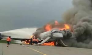 Συγκλονιστικό βίντεο: Μπαίνει στο φλεγόμενο αεροπλάνο για να σώσει τον πιλότο!