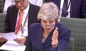 Μέι για Brexit: Δεν πάω πουθενά, θα το «γυρίσω» σαν τη Λίβερπουλ (vid)