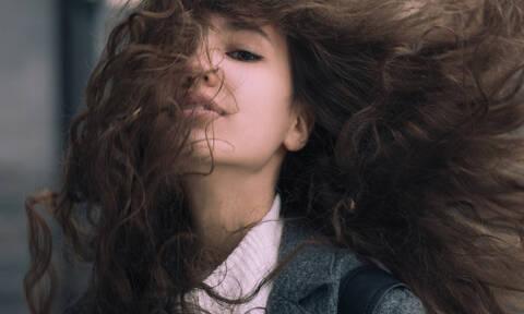 Έχεις σγουρά μαλλιά; Τα 10 χτενίσματα που μπορείς να κάνεις