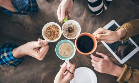 Μείωση ΦΠΑ: Πόσο θα κοστίζουν πλέον καφές, αναψυκτικά και χυμοί (vid)