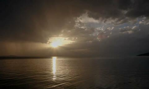 Καιρός: «Τροπικό» το σκηνικό με άνοδο της θερμοκρασίας και καταιγίδες