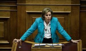 Ατύχημα της Χριστοφιλοπούλου στη Βουλή - Δείτε τι έπαθε (pics)