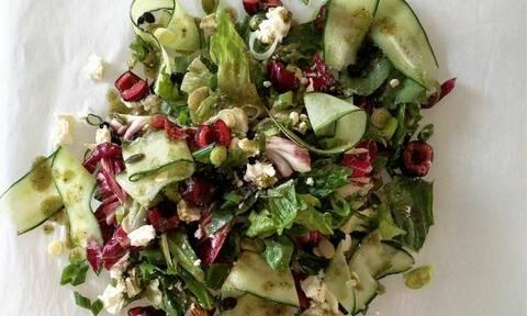 Η συνταγή της ημέρας: Πράσινη σαλάτα με κεράσια, φέτα και dressing ηλιόσπορου