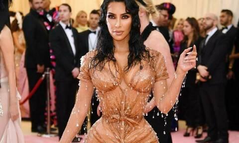 H Kim Kardashian αποκαλύπτει με βίντεο πόσο βασανιστικό ήταν να φορέσει το φόρεμα του Met Gala