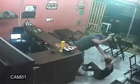 Σκληρό βίντεο: «Άγρια» επίθεση αστυνομικού σε ιδιοκτήτρια καφέ επειδή έβαλε σως στο μπέργκερ του