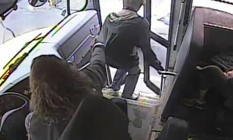 Τρομερό! Οδηγός λεωφορείου σώζει παιδί από χτύπημα αυτοκινήτου (vid)