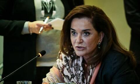 Ιωάννινα: Χυδαίο σύνθημα κατά της Ντόρας Μπακογιάννη στο εκλογικό περίπτερο της ΝΔ