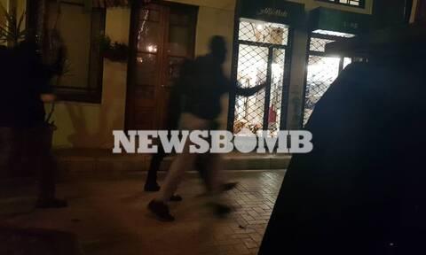 Τρόμος στου Ψυρρή: Κουκουλοφόροι πέταξαν μολότοφ και έσπασαν καταστήματα - Αποκλειστικό βίντεο