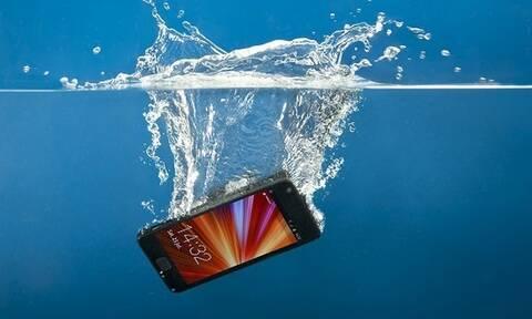 Της έπεσε το κινητό στη θάλασσα, δεν φαντάζεσαι πώς το πήρε πίσω! (pics+vid)