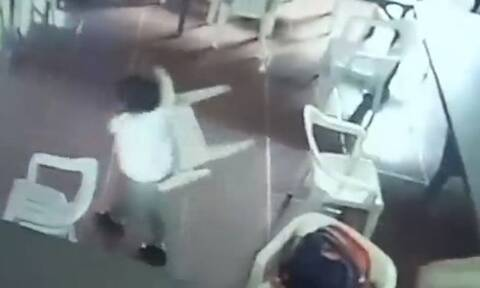 Ξεκαρδιστικό! Μικρός μαθητής κοιμόταν και φόρεσε την… καρέκλα για τσάντα (vid)