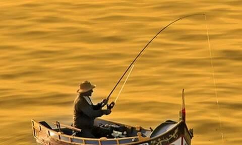 Ψαράς έχει εστιάσει την προσοχή στο καλάμι του! Αυτό που πετάχτηκε του προκάλεσε σοκ (video)