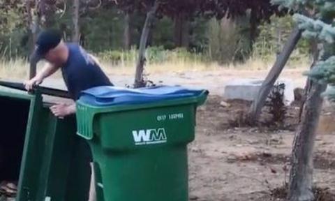 Ακουγαν κραυγές από κάδο απορριμάτων! Οταν πήγαν κοντά δεν πίστευαν στα μάτια τους (video)