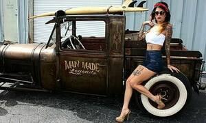 Καυτές αγγελίες! Πούλησαν αμάξια με εντυπωσιακές γυναίκες δίπλα τους (pics)