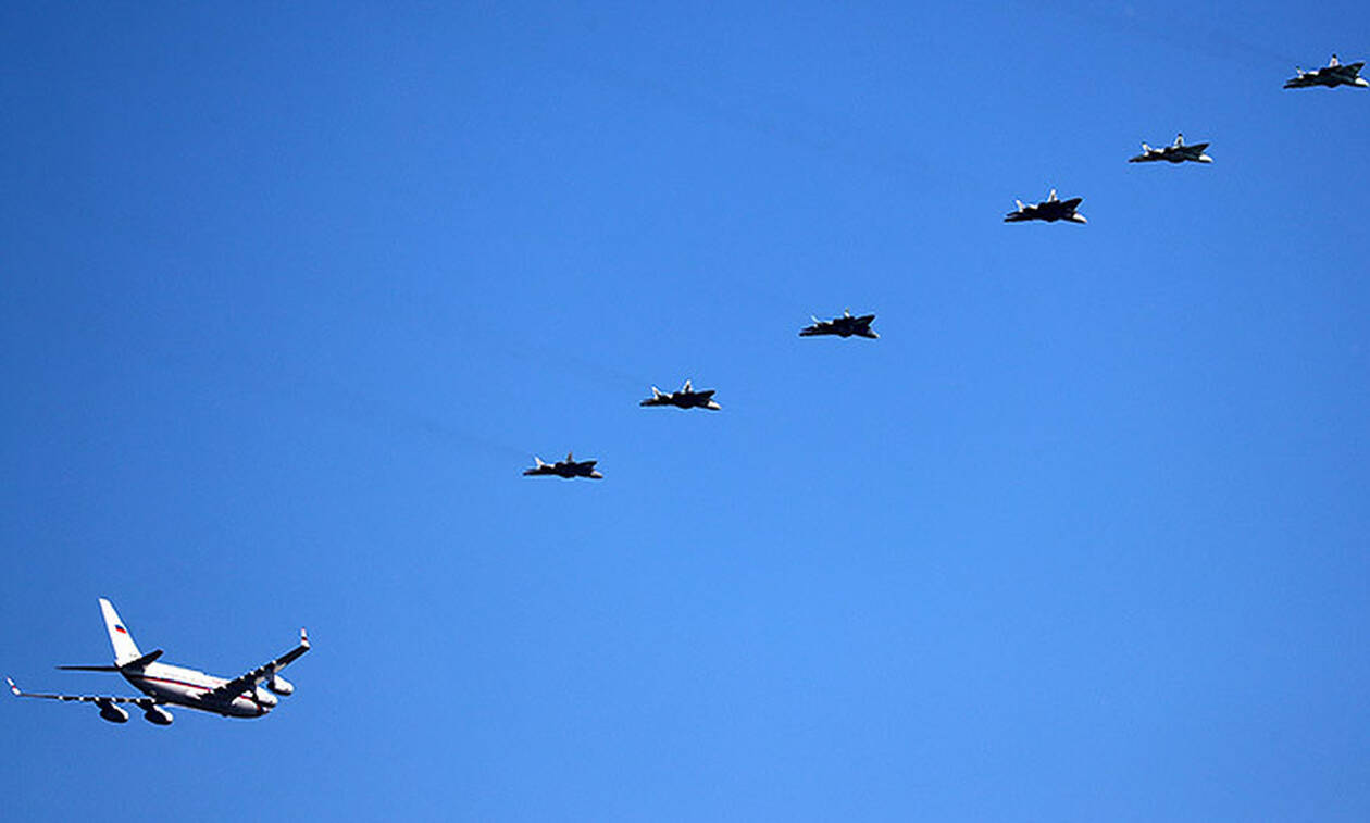 Самолет Путина в Ахтубинске встречали шесть истребителей Су-57