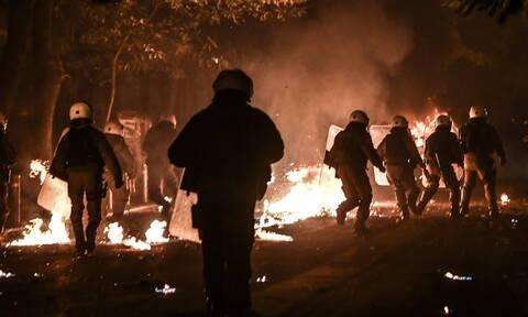 Επίθεση με μολότοφ σε δυνάμεις των ΜΑΤ και εκρήξεις σε ΑΤΜ τα ξημερώματα