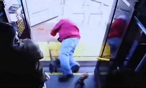 Απαράδεκτο: Γυναίκα έσπρωξε ηλικιωμένο από το λεωφορείο και τον σκότωσε (vid)
