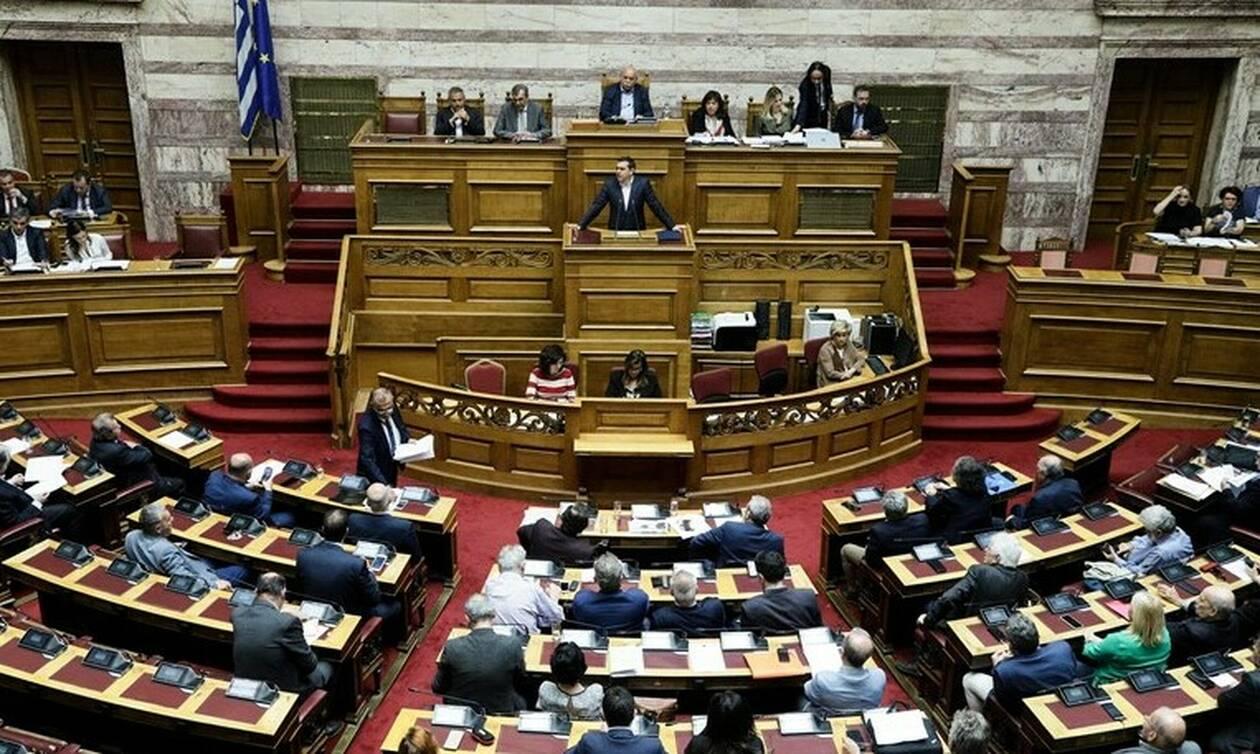 Με ευρεία πλειοψηφία «περάσαν» από τη Βουλή 13η σύνταξη, μειώση ΦΠΑ και 120 δόσεις