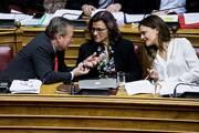 Με ευρεία πλειοψηφία «περάσαν» από τη βουλή 13η σύνταξη μειώση ΦΠΑ και 120 δόσεις