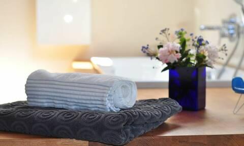 Πότε γίνονται επικίνδυνες οι πετσέτες και τα σφουγγάρια του μπάνιου; (video)