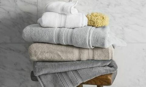 Προσοχή! Πότε γίνονται επικίνδυνες οι πετσέτες και τα σφουγγάρια του μπάνιου; (video)